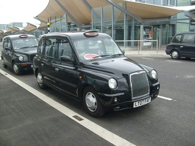 800px A TX4 Taxi at Heathrow Airport Terminal 5 - How To Travel Around The UK On A Tight Budget (Yes, It Can Be Done!)