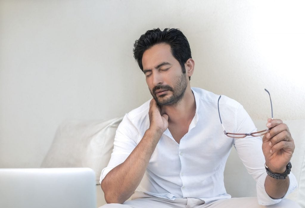 """neck pain 1024x698 - This new product aims to straighten out your """"smartphone slump"""" and relieve pain caused by """"text neck"""""""