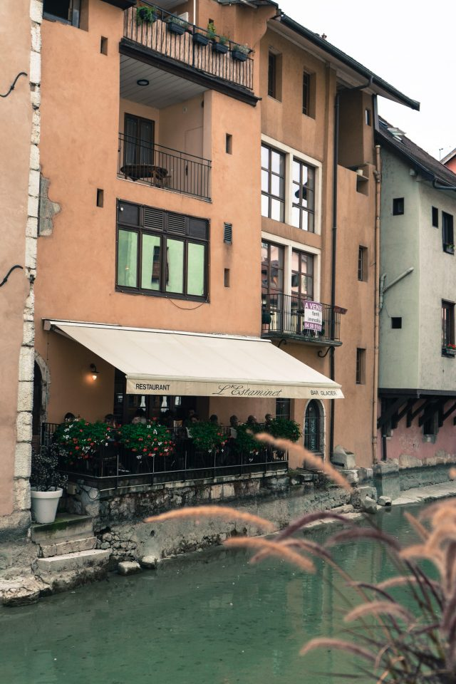 Choosing Retractable Awnings for Your Restaurant