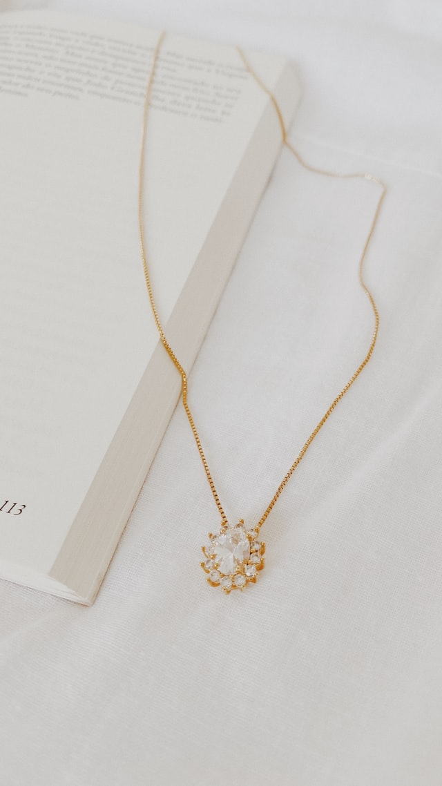 7 Dazzling White Gold Necklaces for Her